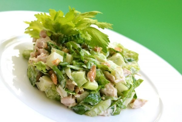 Салат из курицы, яблок и сельдерея