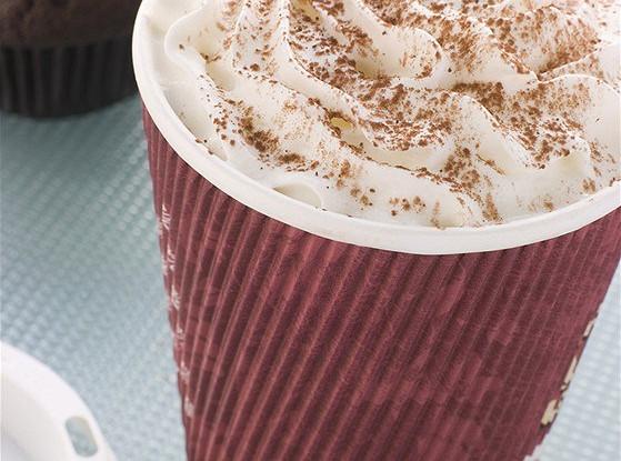 Белый горячий мятный шоколад со взбитыми сливками и карамелью