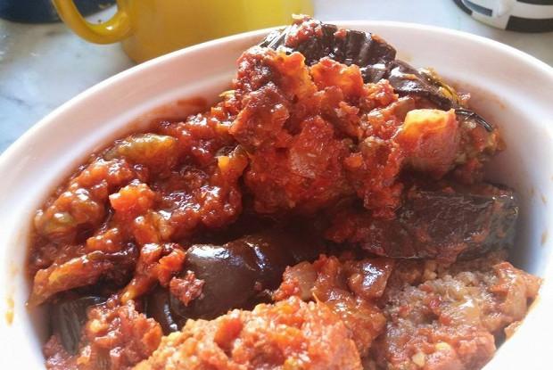 Касуле из баклажанов и кебабов под винно-овощным соусом
