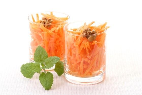 Салат из тертой моркови с вареньем и орехами