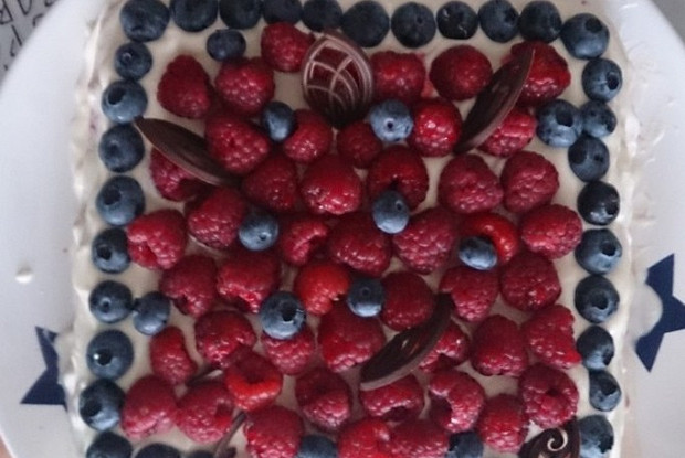 Малиновый бисквитный торт