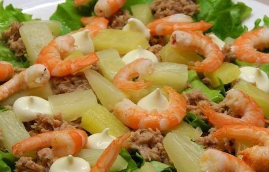 Салат из тунца с ананасами и креветками