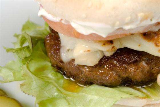 Горячие гамбургеры с брынзой и говядиной