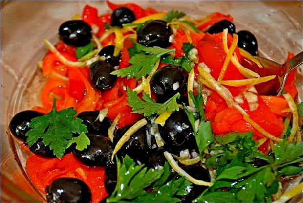 Салат с печеным сладким перцем и оливками