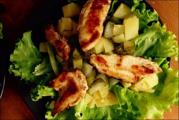 Теплый салат с курицей и соусом из корнишонов