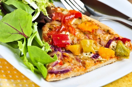 Пицца с помидорами, сельдереем, перцем, цукини и двумя видами сыра