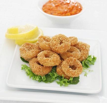 Жареные кольца кальмаров с солью и перцем со сладким соусом чили