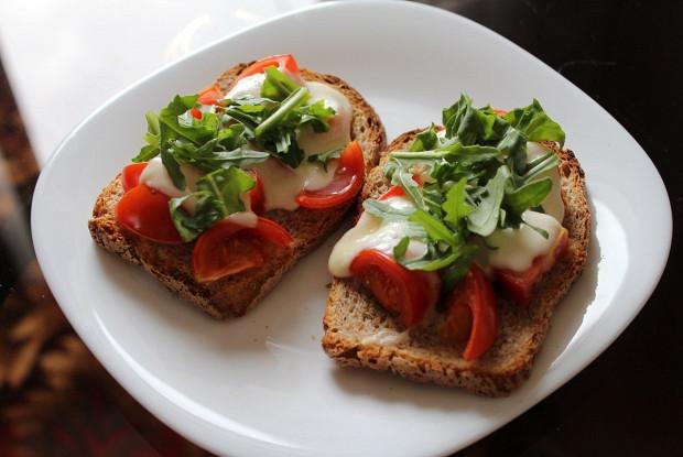 Горячий средиземноморский бутерброд