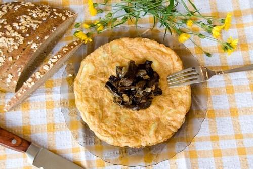 Омлет с грибами, луком и зеленью