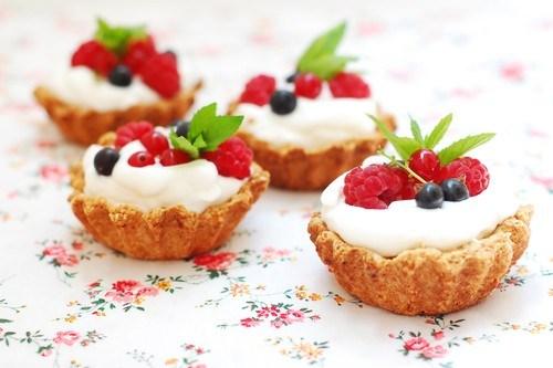 Песочные корзиночки с кремом из белого шоколада и маскарпоне со свежими ягодами