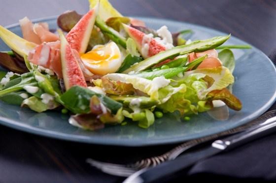 Салат с инжиром, прошутто и соусом  айоли
