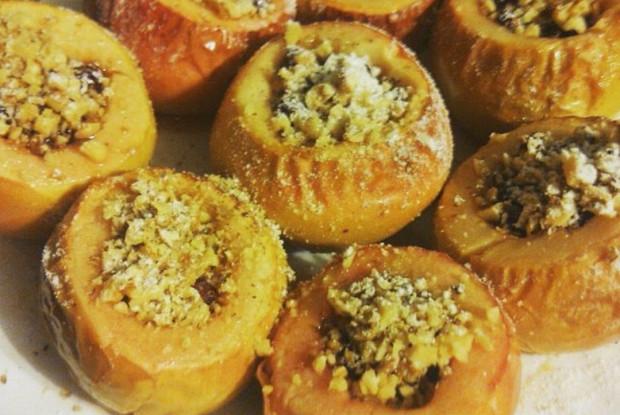 Яблоки печеные с клюквой, медом и орехами