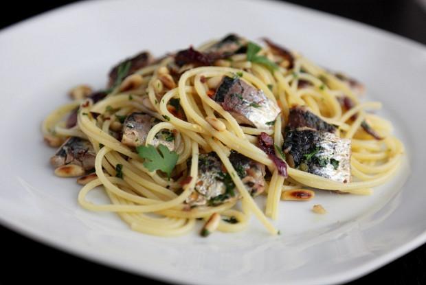 Спагетти с сардинами и кедровыми орехами