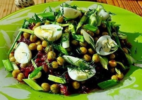 Салат с морской капустой и перепелиными яйцами