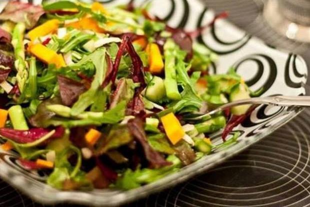 Хрустящий салат с тыквой и свекольными листьями