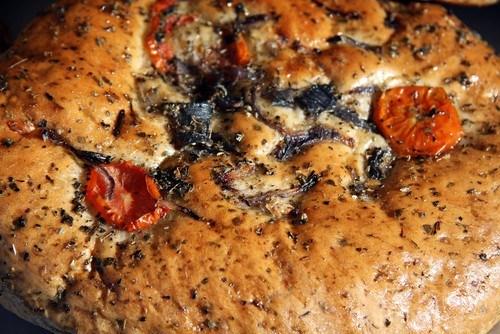 Фокачча с песто, маслинами и перцами пеппердью