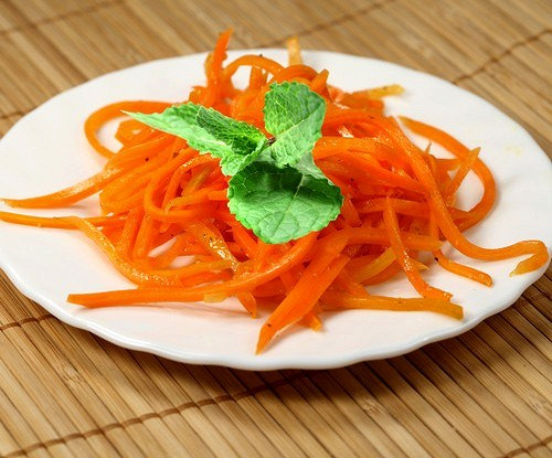 Морковь с кедровыми орешками и базиликом