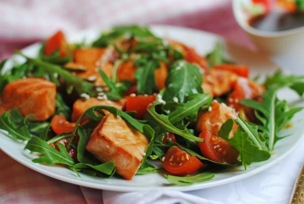 Легкий салат с форелью и рукколой