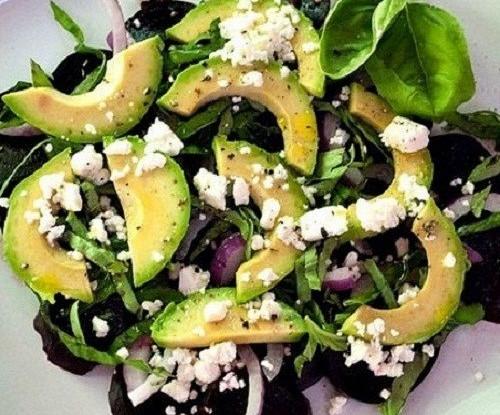 Салат со свеклой, авокадо, сыром фета и базиликом