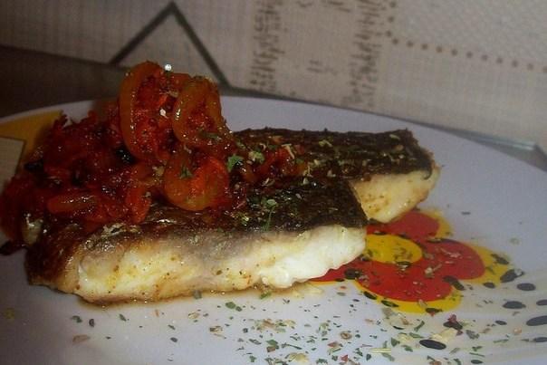 Пряная маринованная рыба с овощами