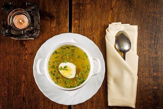 Куриный бульон с рисом и яйцами