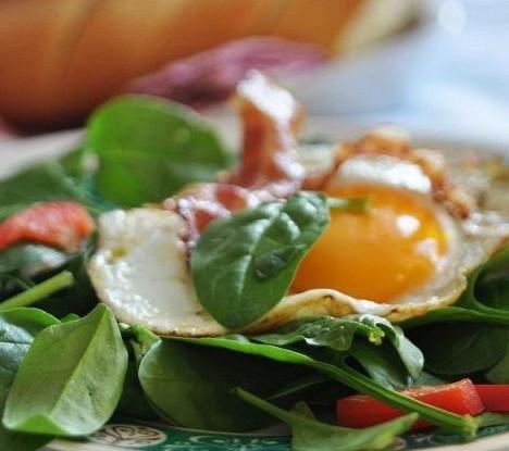 Яичница с колбасками и рукколой