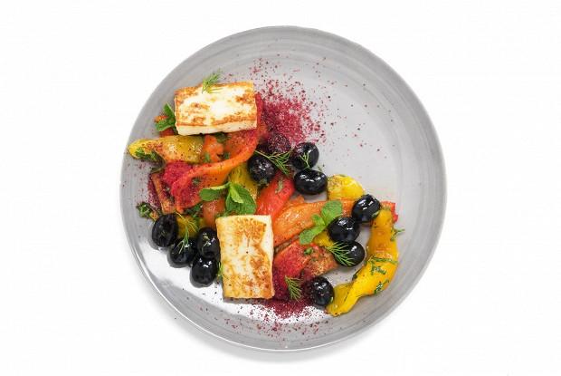 Салат с жареным халуми, сладким перцем и маслинами