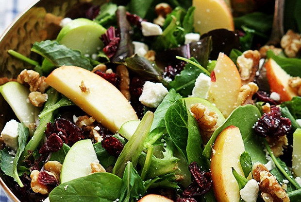 Яблочный салат с клюквой и кедровыми орешками