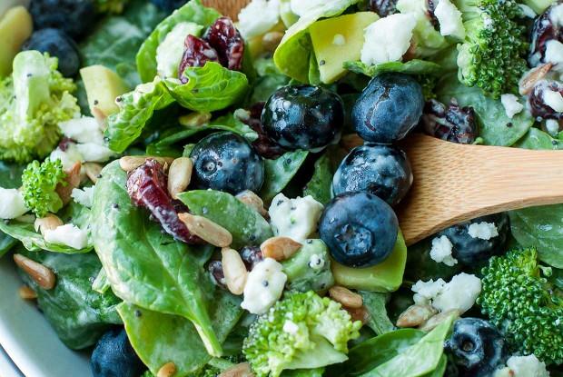 Салат из шпината, голубики и брокколи