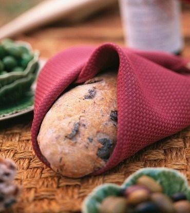 Хлеб с панчеттой, оливками и маслинами