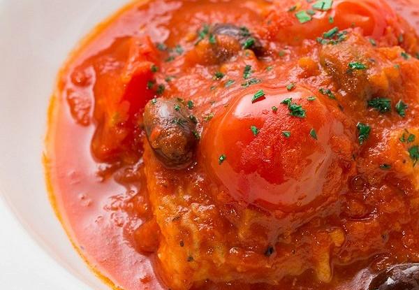 Треска, запеченная с оливками и томатами