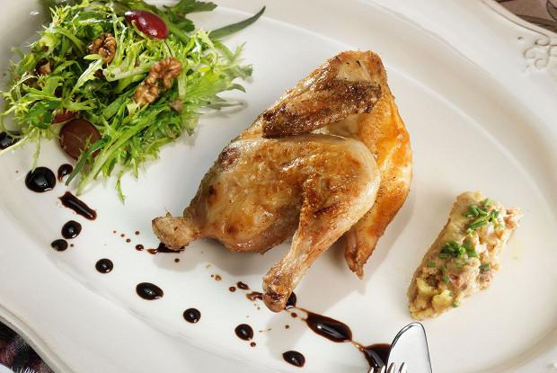 Цыплята с винегретом из утиной печени и салатом