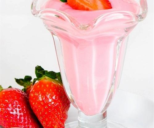 Клубничный молочный коктейль с йогуртом