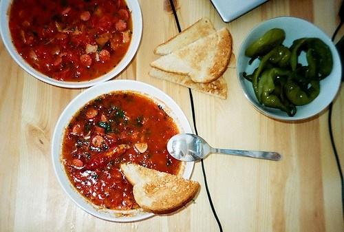 Томатный суп с копчеными колбасками
