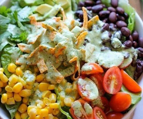 Салат с заправкой из кинзы и лайма