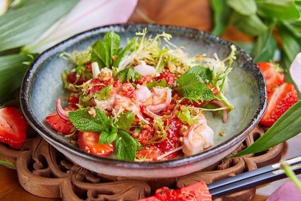 Салат из клубники с креветками и орехами
