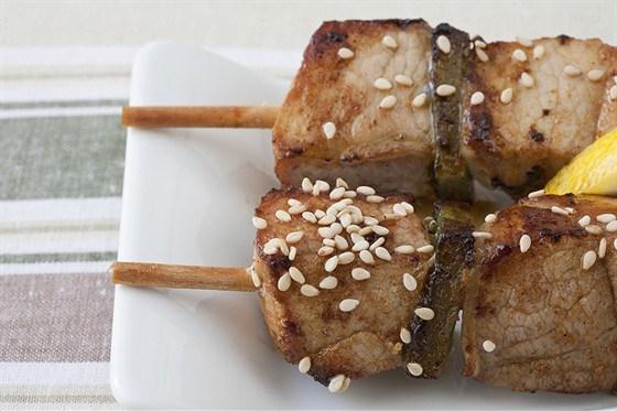 Куриные шашлыки с кунжутом, соевым соусом и лаймом