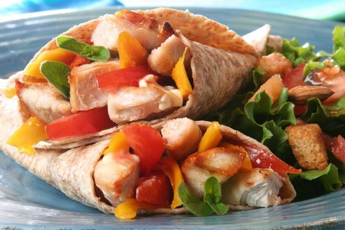 Мягкие тако с курицей, авокадо и овощами