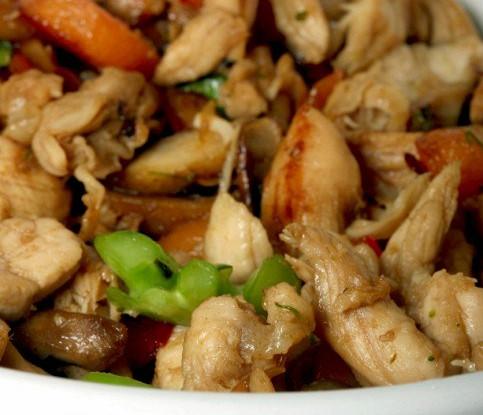 Куриное рагу с разноцветными перцами