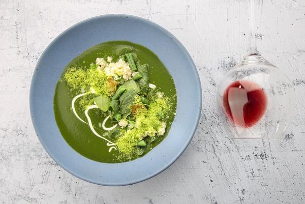 Крем-суп из шпината с кус-кусом и гороховой пылью
