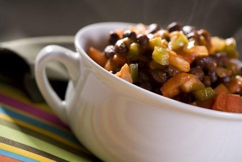 Разноцветный салат с черной фасолью и лаймовым винегретом