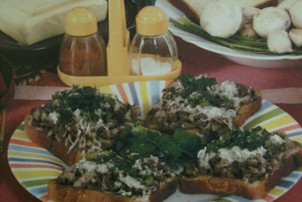 Закусочные бутерброды с грибами в микроволновой печи