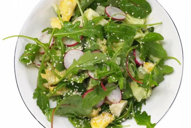 Салат из авокадо, персика и редиса