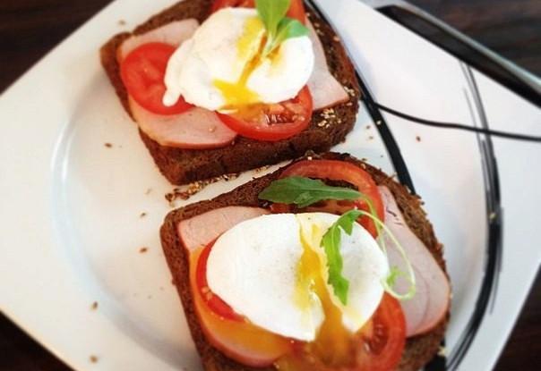 Яйца по-бенедиктински с ветчиной на тостах
