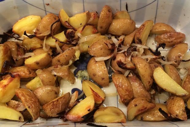 Печеный молодой картофель с карамелизованным луком и трюфельным маслом