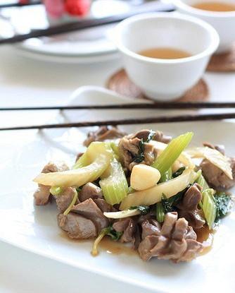 Жареная курица с сельдереем и имбирем (Jirou Chao Qincai)