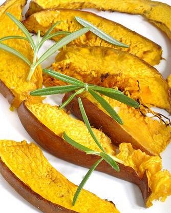 Закуска из печеной тыквы с красным луком и розмарином