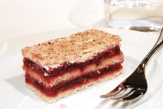 Бисквит с кремом из малины и маскарпоне
