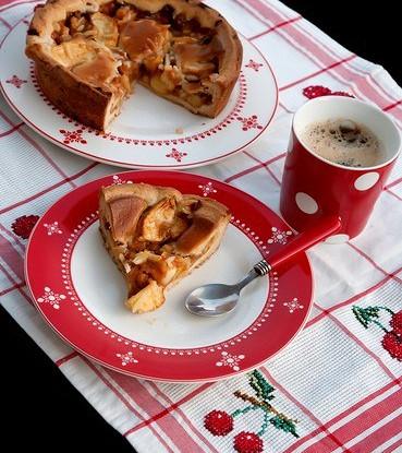 Открытый пирог с яблоками, горгонзолой и орехами