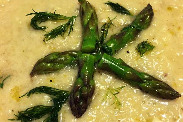 Суп-пюре из топинамбура, спаржи и лосося